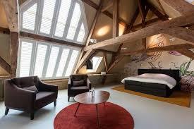 chambre poutre apparente chambre sous combles avec poutres apparentes fresque murale