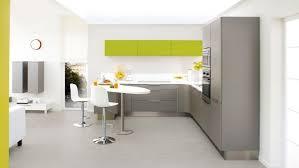 cuisine implantation cette cuisine ouverte sur le salon est réalisée par la marque