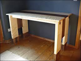 Schreibtisch Lang Und Schmal Schreibtisch Aus Ahorn Mit Socken Aus Nussbaum Auf Dem Holzweg