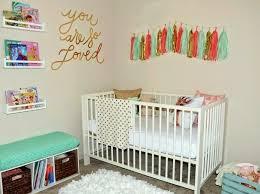 étagères chambre bébé design interieur sticker mural chambre bebe lit coussins pompons