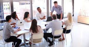 assistant de bureau les gens assistant à la réunion d affaires dans le bureau ouvert