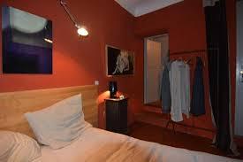 chambre avec vue saignon provence le jardin avec des oeuvres d et des arbres fruitiers photo de