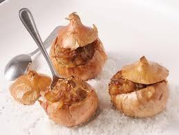 cuisiner des oignons oignons de roscoff farcis cuits au four dans leur peau cuisinons