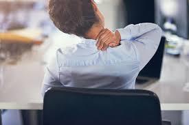 au bureau fr 5 mouvements à faire au bureau pour détendre un dos tendu par le