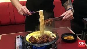 makanan enak berbau keju lezatnya daging berselimut keju di restoran ojju