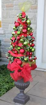 t his is a tree topiary made with a tomato cage pretty