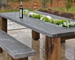 Esszimmertisch Aus Paletten Bank Und Tisch Mit Blumenkasten Aus Holz Und Beton Mit Weinflasche