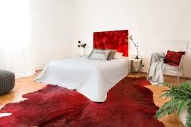 wandbild schlafzimmer schlafzimmer bett kissen pouf weißerstuhl le couchstyle