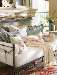 a daybed in the sunroom decor to adore