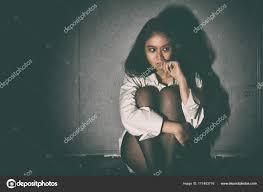 la chambre obscure 2000 déprimée et frustrée triste femme assise dans la chambre le