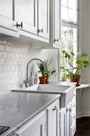 credence cuisine imitation carrelage métro blanc dans la cuisine et la salle de bains