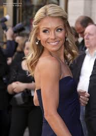 hair color kelly ripa uses kelly ripa s curled blonde hair with slices of brown