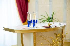 bureau d enregistrement verres de vin dans un bureau d enregistrement image stock image du