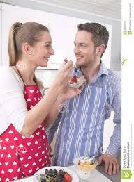 faisant l amour dans la cuisine les couples dans l amour faisant cuire ensemble dans la cuisine et