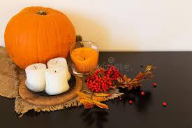 composizione di candele composizione di autunno delle zucche delle foglie delle bacche e