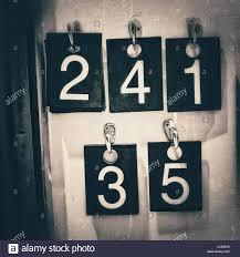 pose vetement pour chambre la pose des numéros de chambre pour vêtements en noir et blanc
