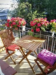 geranien balkon wunderschön bepflanzter balkon mit gemütlicher holzmöbel