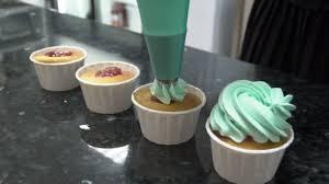 poche cuisine douille dans cuisine confiseur cuit les gâteaux de la poche à douille avec
