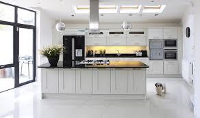 cuisine avec porte fenetre 1001 astuces comment aménager une cuisine en longueur