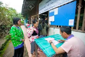 constitution d un bureau de vote chiang mai thaïlande 7 août hmong montagnards de voter au