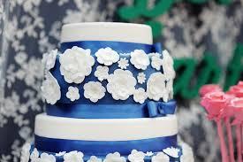 mariage bleu et blanc gâteau de mariage bleu et blanc délicieux photo stock image