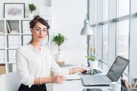 assistant de bureau bel assistant féminin appelant utilisant le téléphone portable