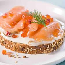 recette de cuisine saumon recette tartine nordique au saumon fumé et échalotes au balsamique
