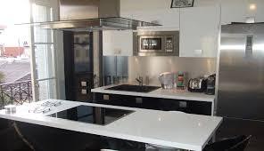 configuration cuisine cuisine avec façade stratifié noir et blanc brillant