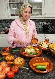 cuisine marocaine moderne femme marocaine immigrée dans la cuisine européenne moderne