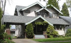 вариант деревянного загородного дома серого цвета в тюдора стиле