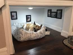 chambre pour chien homme construit une vraie chambre sous les escaliers pour chien