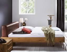 Wandgestaltung Schlafzimmer Bett Bett Aus Wildeiche Mit Rustikalem Leder Kopfteil Betten
