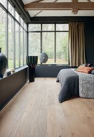 chambre chene blanchi chambre contemporaine baignée de lumière naturelle avec vue