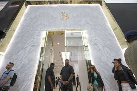 rapper drake house drake u0027s new store drives droves of fans to yorkdale mall toronto