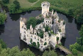 House With A Moat Castle Architecture Natural Defenses