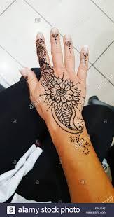 mittelteil der frau mit henna tattoo auf hand stockfoto bild