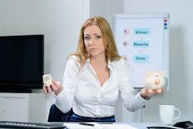 chauffage bureau femme dans l inquiétude de bureau au sujet des coûts de