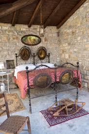 antikes schlafzimmer antikes schlafzimmer in italien mit eisenbett und bettwärmer oder