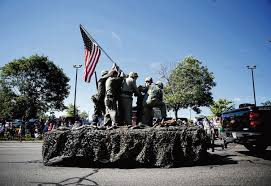 Soldiers Lifting Flag Vets Stand Frozen In Time To Re Enact Iconic War Scene To Honor