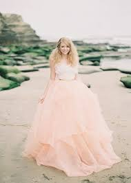 brautkleid weiãÿ rosa brautkleid für einen ösen hochzeits look archzine net