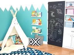 chambre a theme avec deco murale chambre enfant montagnes bleues sur un mur avec un