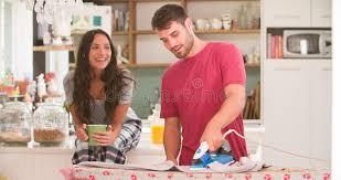 femme dans la cuisine chemise repassante de observation d homme de femme dans la cuisine