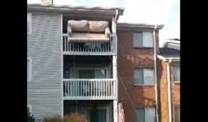 déménager un canapé déménagement d un canapé par le balcon avec des câbles