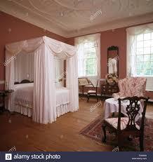 Schlafzimmer Holzboden Weiße Vorhänge Und Bettwäsche Auf Himmelbett Im Eleganten