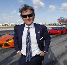 lamborghini ceo stephan winkelmann supersportwagen mit dem neuen lamborghini auf dem großflughafen