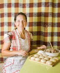femme dans la cuisine personnes âgées pasty femme de cuisson avec rouleau à