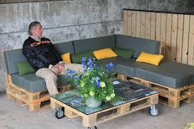 canapé de jardin en palette construire un salon de jardin en bois de palette passeur de plantes