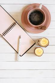 bloc note sur bureau bloc notes avec le stylo le café et les bougies sur le bureau photo