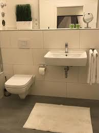 alles für badezimmer badezimmer mit wanne alles weiß badewanne badezimm couchstyle