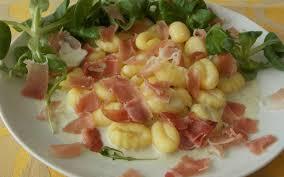 cuisiner les gnocchis recette gnocchis sauce roquefort et jambon cru pas chère et express